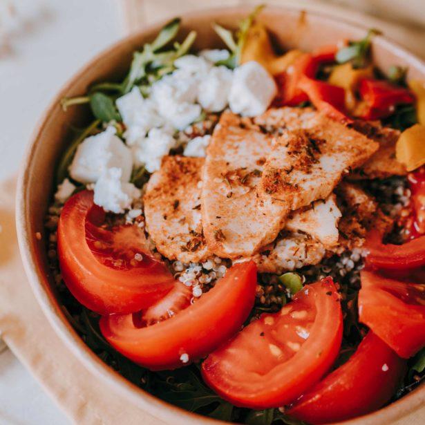 Notre salade estivale Poulet cajun, Quinoa, Feta, Poivrons grillés, Tomates, Roquette
