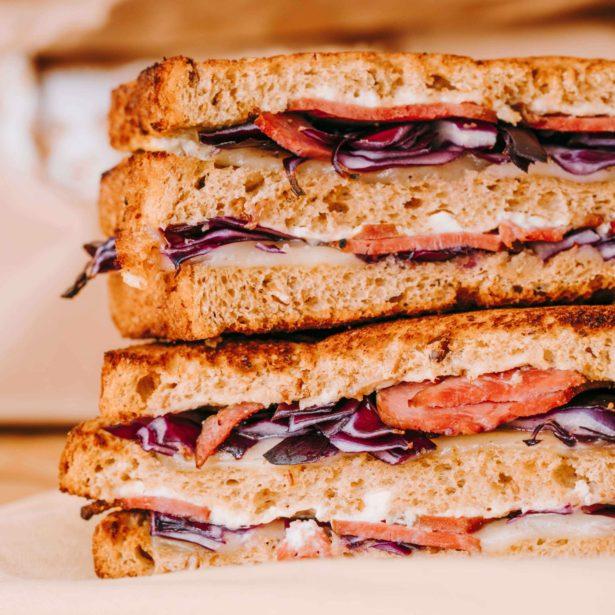CLUB DE L'OURS Pastrami de boeuf, Comté AOP, pickles de chou rouge